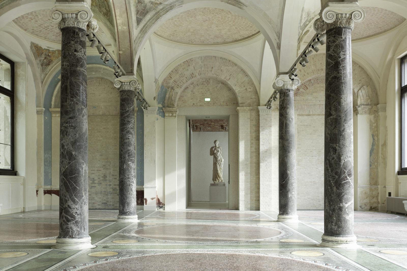 نمونه ای از استفاده از سنگ مرمر در ساخت ستون ها و سر ستون ها در معماری یونانی و رمی باستانی
